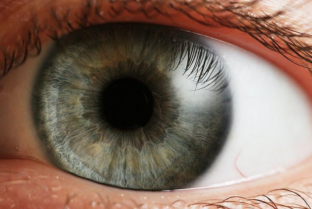 Con la tecnologia laser si può leggere senza occhiali. Anche a cinquant'anni